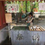 Bazének čózuja pro rituální očistu před vstupem do šintoistické svatyně