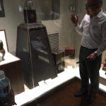 Náš průvodce v Seiko muzeu. Pro Seiko pracuje celý život i nyní v důchodovém věku. Věrnost firmě je silný japonský fenomén.