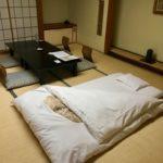 Spí se na tatami na futonu. I když peřina i polštář jsou tvrdé jako kámen, vyspal jsem se skvěle.