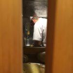 Od stolu jde vidět do kuchyně